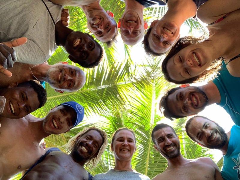 roda_de_pessoas_abracadas_sorrindo_na_praia
