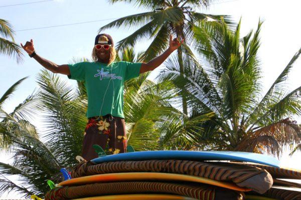 Instrutor com pranchas de surf