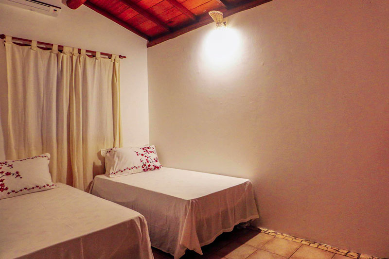 Quarto com duas camas do apartamento DropInn em Itacaré