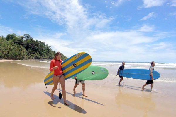 Surfistas com longboard em Itacaré