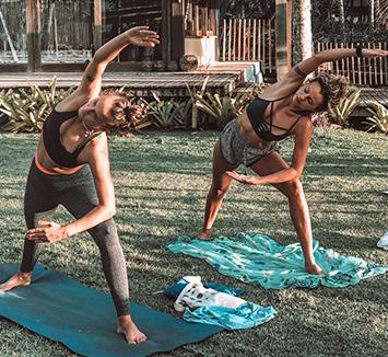 Mulheres fazendo Yoga em Itacaré